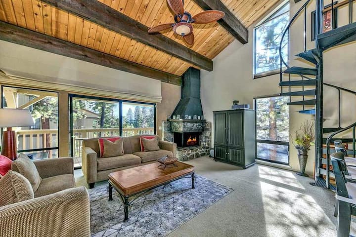 Modern cabin w/ balcony view, shared pool/hot tub, & large loft - near Northstar