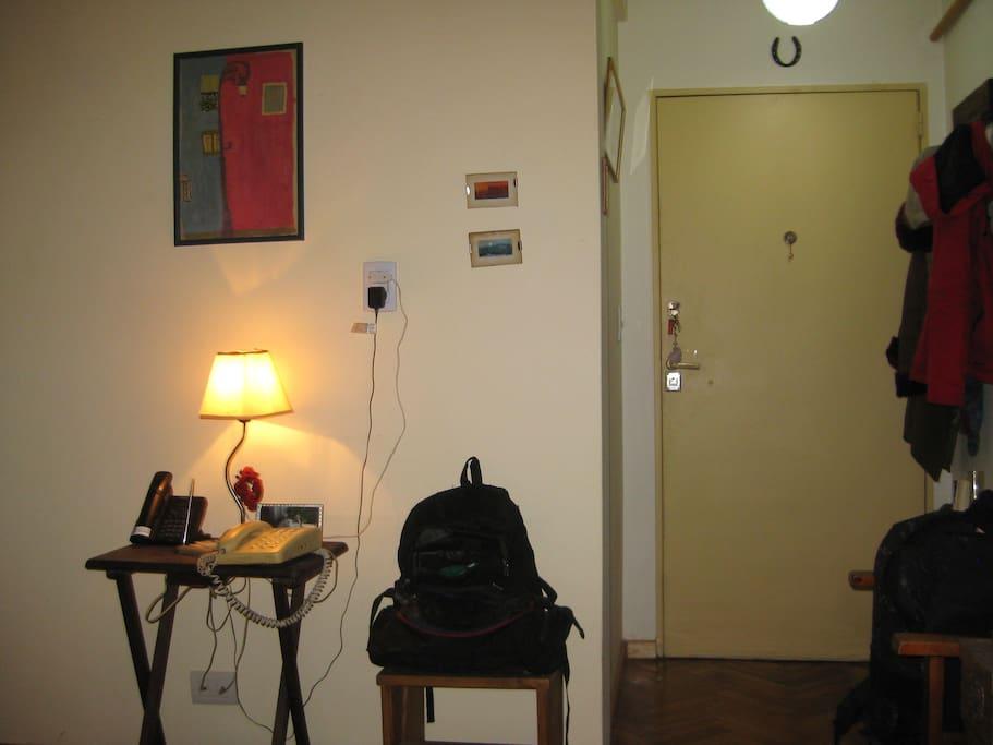 el recibidor con perchero y sillas para acomodar las cosas al llegar