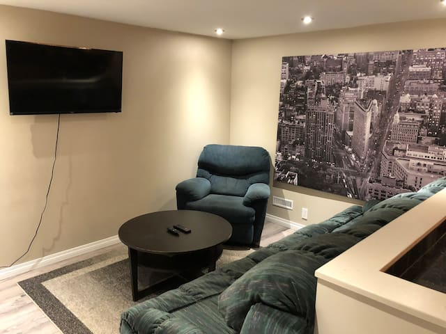 Full basement Suite, minutes from Heritage ctrain