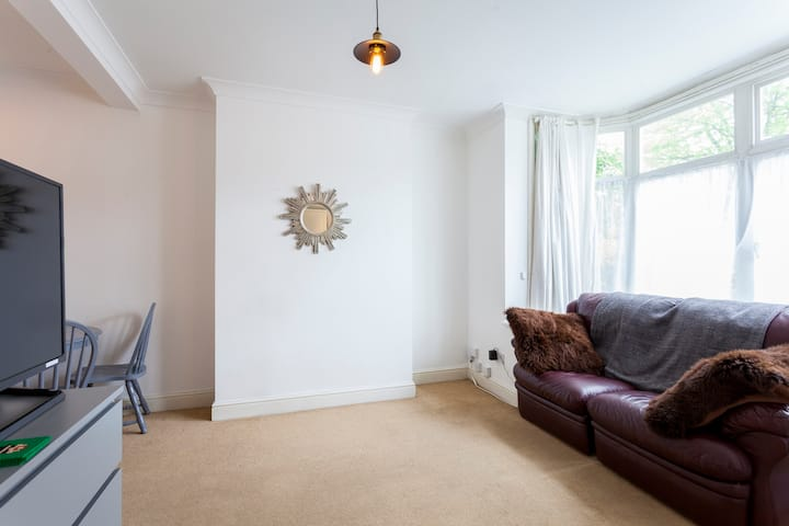 Bright Home- Great access to Zone1