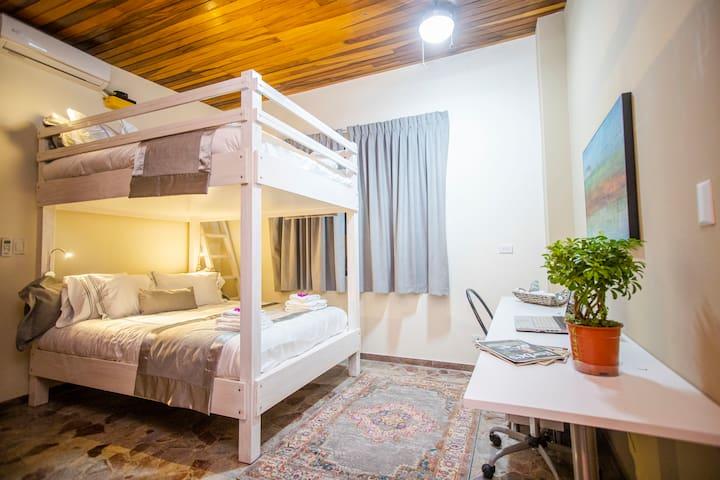Dormitorio #303 . Camarote Queen , Escritorio Personal