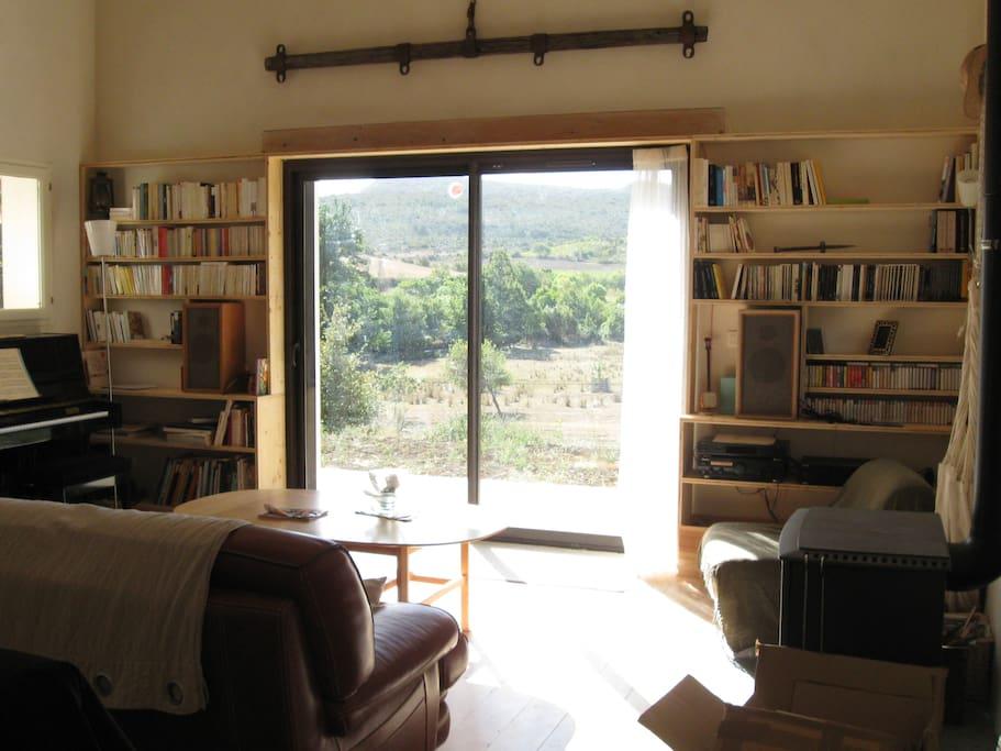 Grand canapé en cuir et piano dans le séjour avec vue