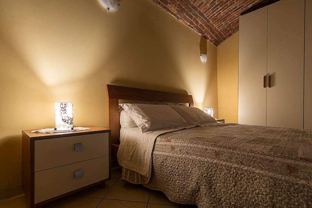 Camera da letto con soffitto a volta con mattoni rossi