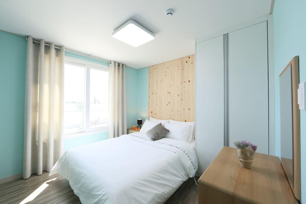더블베드가 있는 침실이예요 침대머리맡에 있는 편백나무가 숙면을 취할 수 있게 도와줍니다.