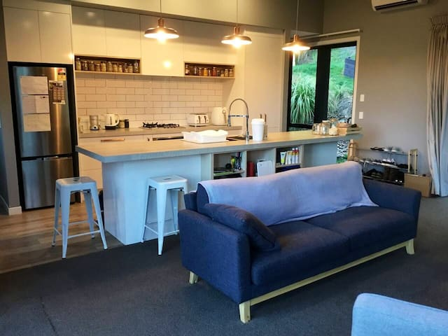 Cosy, modern apartment a few mins from Queenstown.