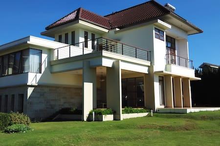 Villa Sophia Cimacan Puncak - Cipanas