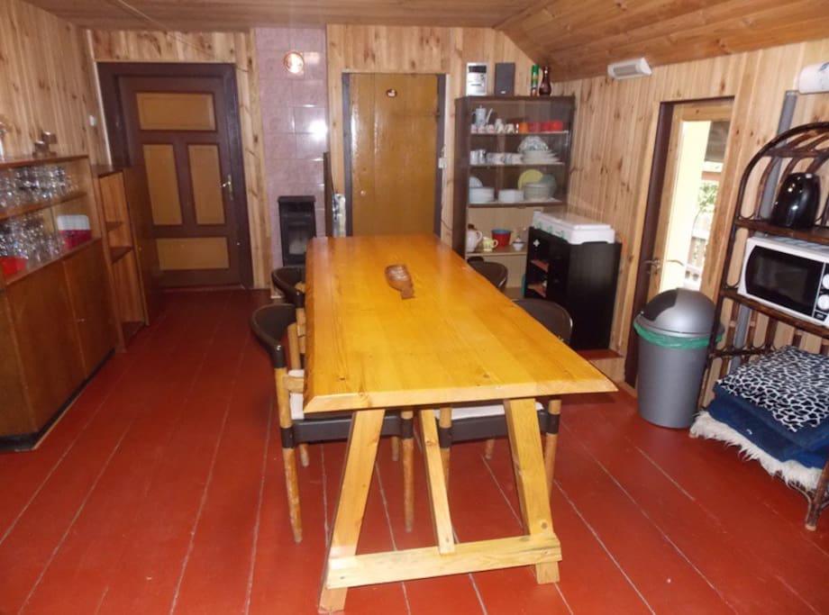 Possibilité de cuisiner, accès sur le balcon, les chambres, salle-de-bains et wc séparés,