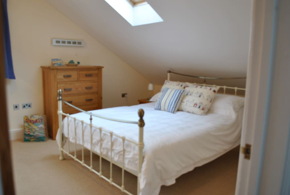 Lovely comfortable Kingsize bed with Egyptian cotton bedding.