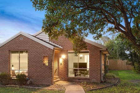 Ringwood East 2 br Unit 400m to station Wifi