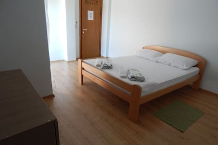 Private double bed room with balcon - Huoneisto