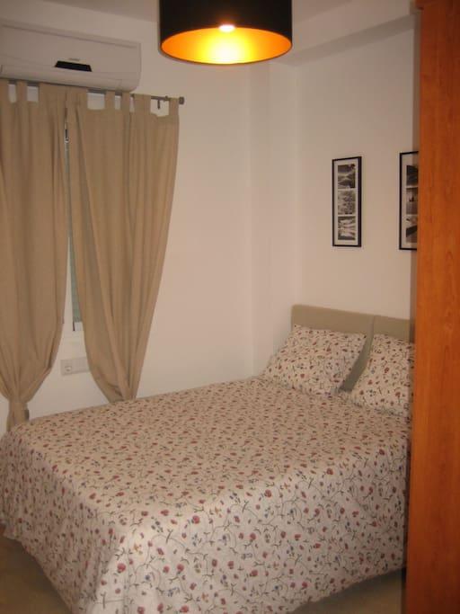 Dormitorio de matrimonio, climatizado y ventana exterior a patio propio, armario completo, colchón 135x190 cm viscolástica.