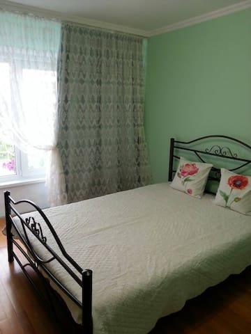 Уютная комната в просторных апартаментах.