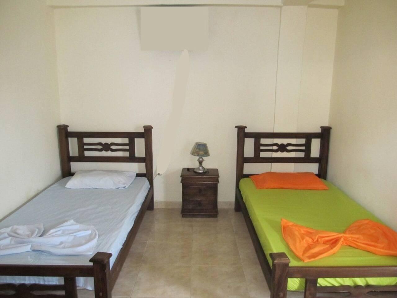 Habitación sencilla con 2 camas.