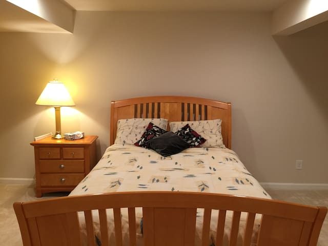 Large Spacious Basement Room w/ Closet & Bathroom! - Glen Allen - Hus