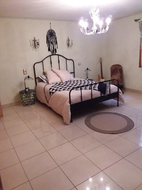 غرفة نوم فسيحة جدًا