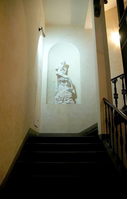 Scalinata d'ingresso del Palazzo / The Palace Entrance