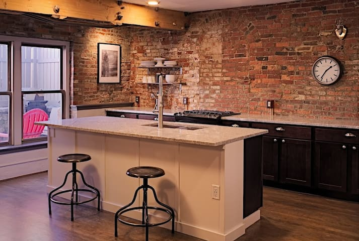 Historic Brewery District Flat - No Cleaning Fee! - Columbus