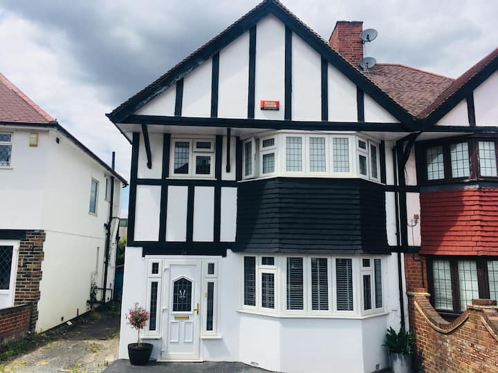 Beautiful home - 15 min train to central London