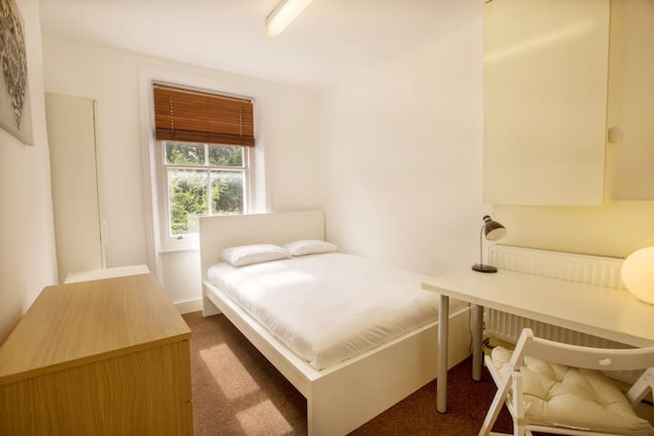 Lovely single bedroom in Bravington Road by Allô Housing