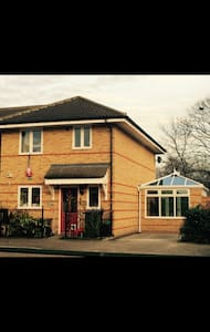 Large Semi detached house with 3 bedrooms - Londra