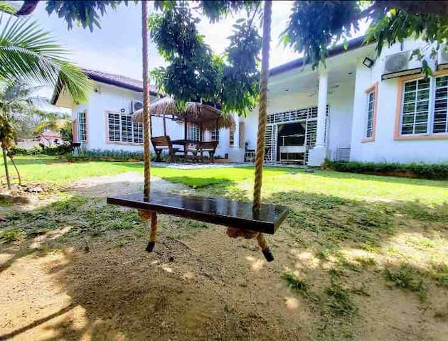 RoomstaySungaiBuloh: 1 Room in a Villa for 3 Pax