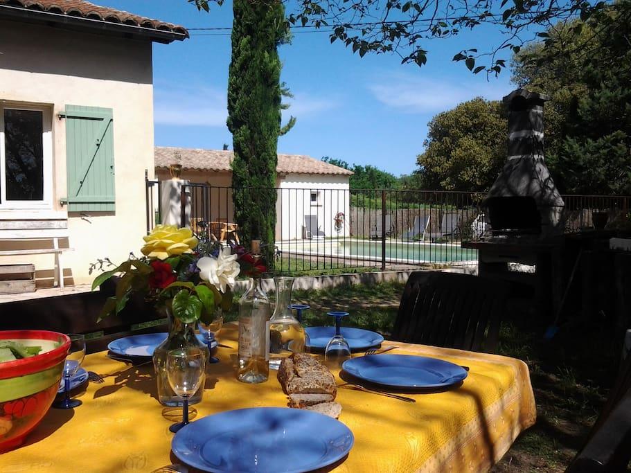 espace repas devant la maison
