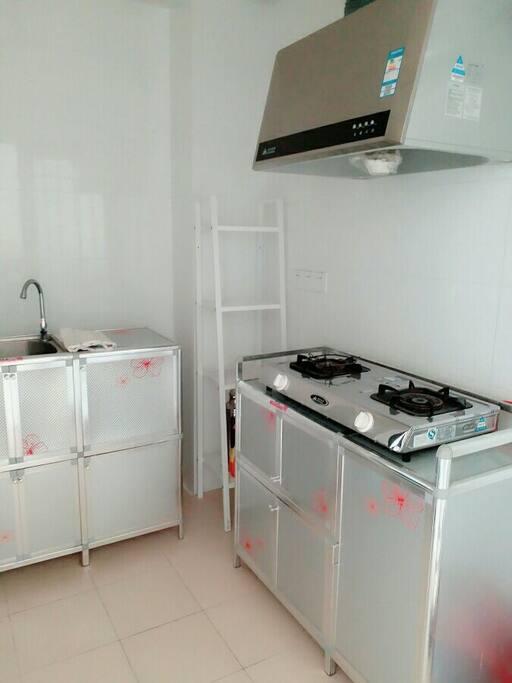 厨房,燃气灶和抽油烟机,厨柜,杂物架