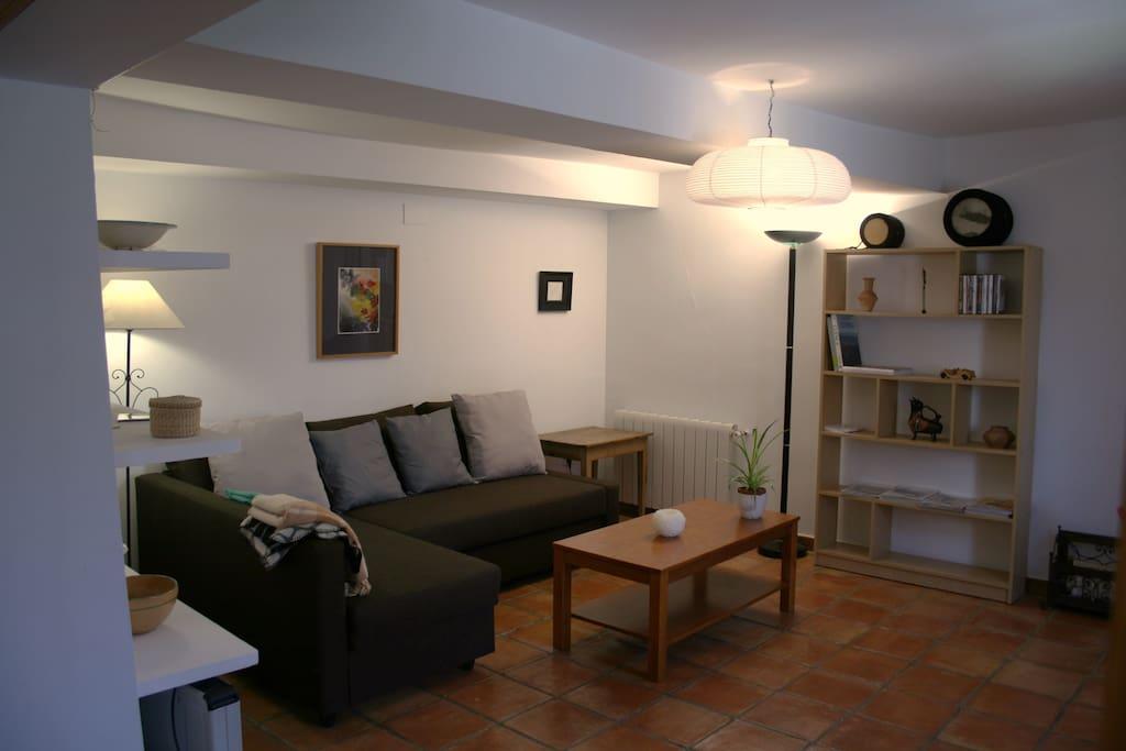 Zona de descanso con amplio sofá con chaisse longue