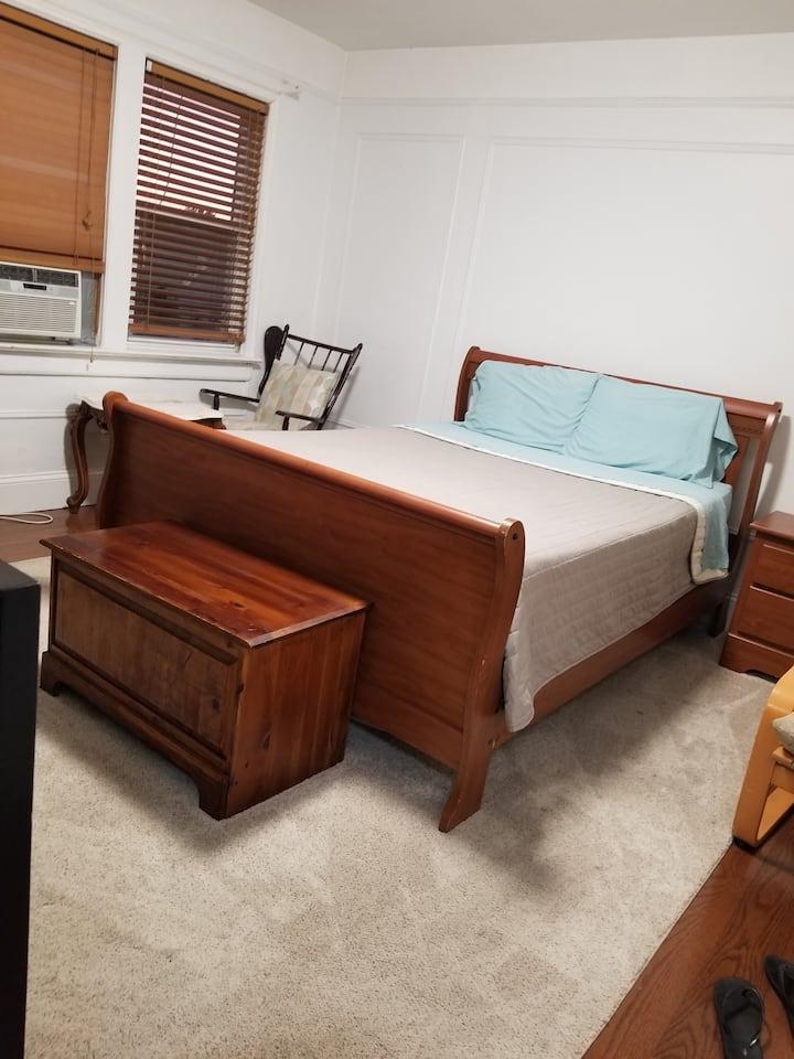 East Elmhurst room near LAG.