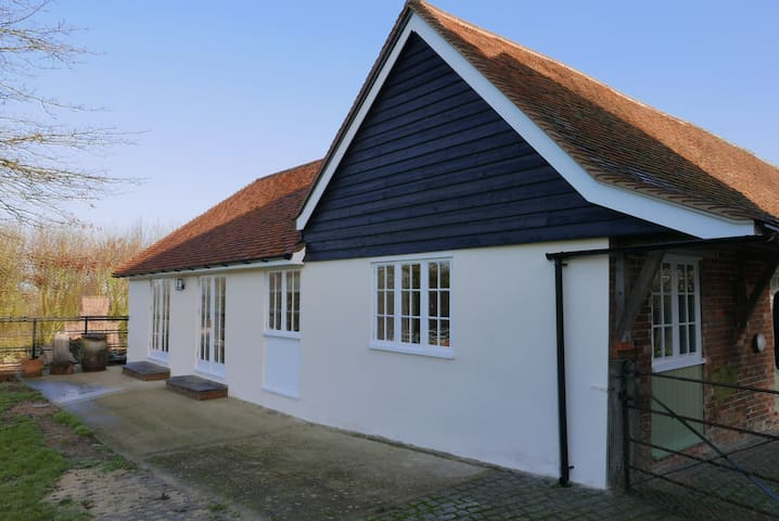 New two bedroom apartment in stunning farmland - Kintbury - Aamiaismajoitus