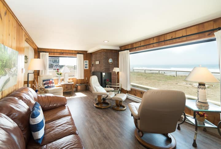 The perfect ocean front Seaside Escape in the heart of it all in Lincoln City