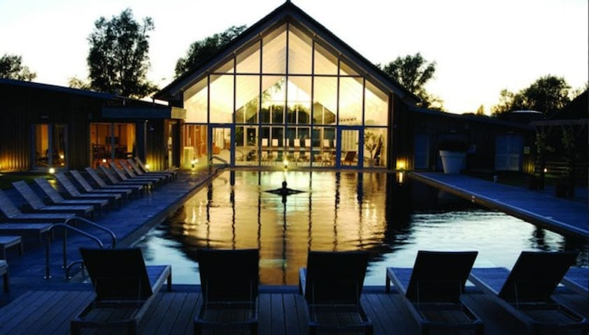 Contemporary Cotswold lakeside home - Somerford Keynes - Rumah