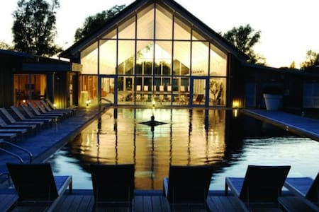 Contemporary Cotswold lakeside home - 薩默福德凱恩斯(Somerford Keynes)