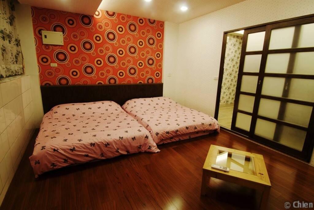 小紅-4人房(在三樓) 有分離式冷氣 可在加兩張雙人床