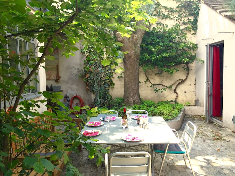 La cour, calme et tranquille. L'été, on prend tous nos repas dehors... The quiet courtyard. In the summer, we enjoy every meal outside...
