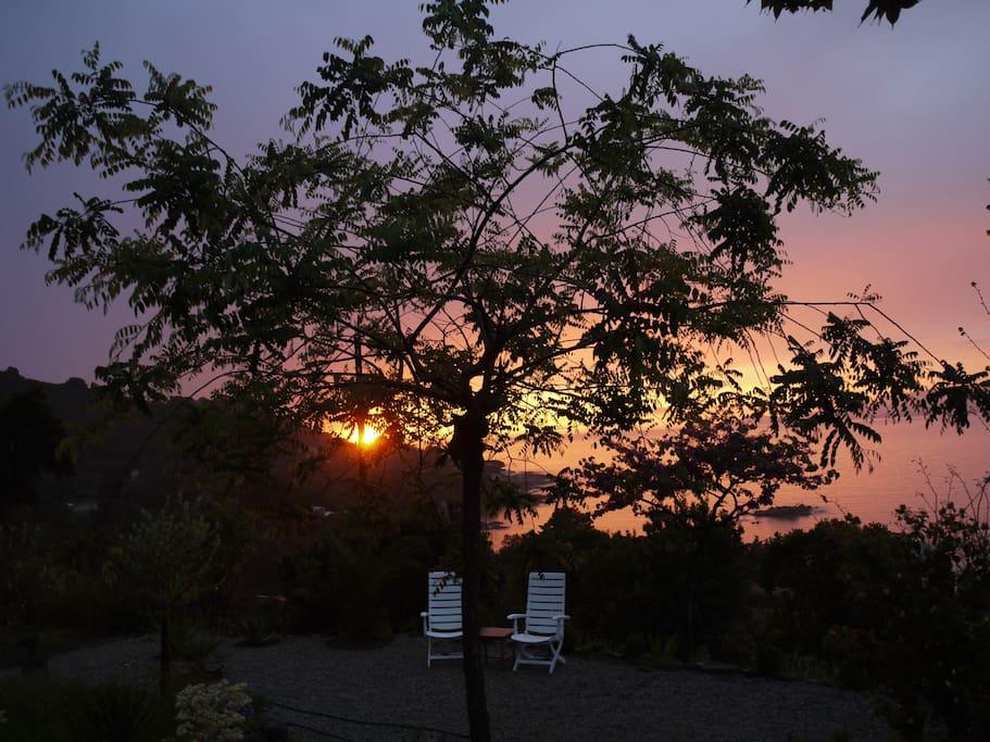 zonsondergang vanuit de tuin Corsica vakantiehuis