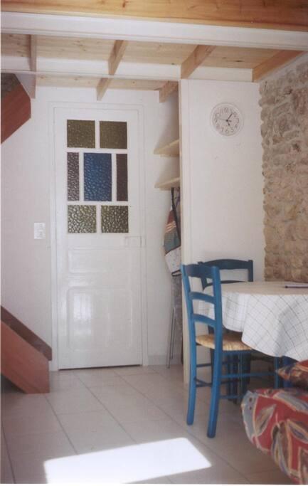 porte des WC ,sous l'escalier,