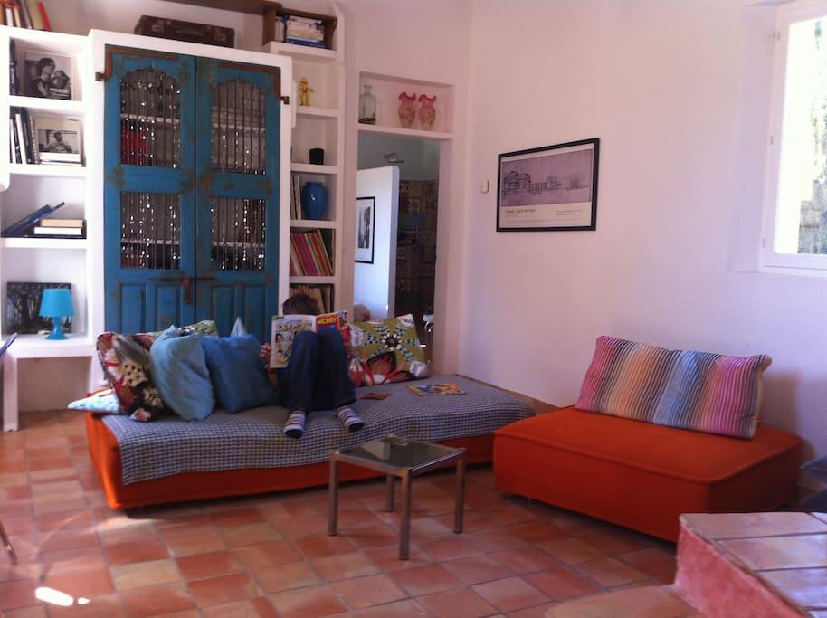 Le petit salon: coin lecture, télévision, musique.
