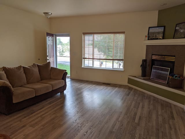 Clean townhouse walking distance to light rail