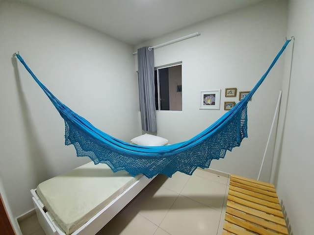 Quarto de Solteiro, cama solteiro e ventilador.