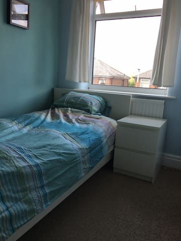 Single bed: 5mins:City, Country, Zoo & Racecourse!