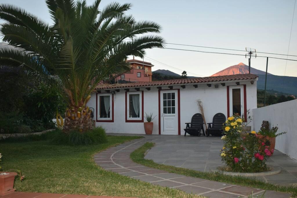 Jardín y terraza con barbacoa,vistas al volcán del Tedié y al océano Atlántico