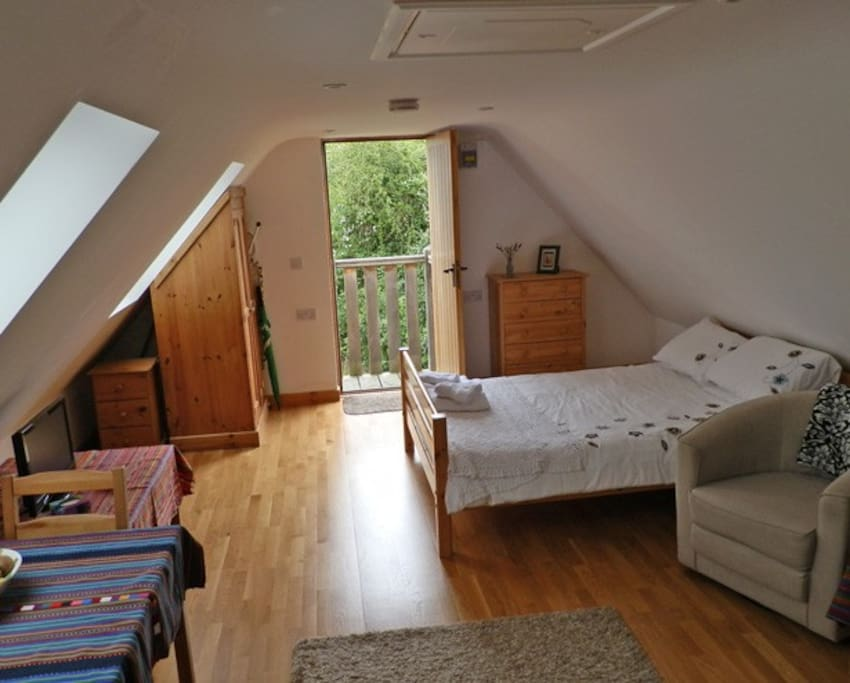 Double bedr studio with dining table, easy chair, TV and wifi