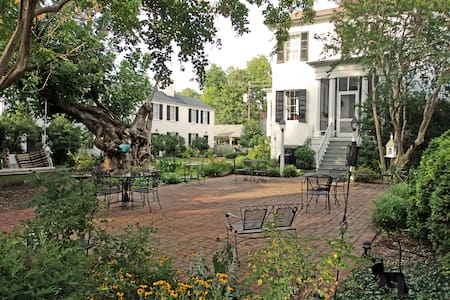The 1851 Essex Inn - Bed & Breakfast