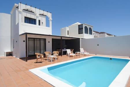 Villa with private heated  pool and wifi