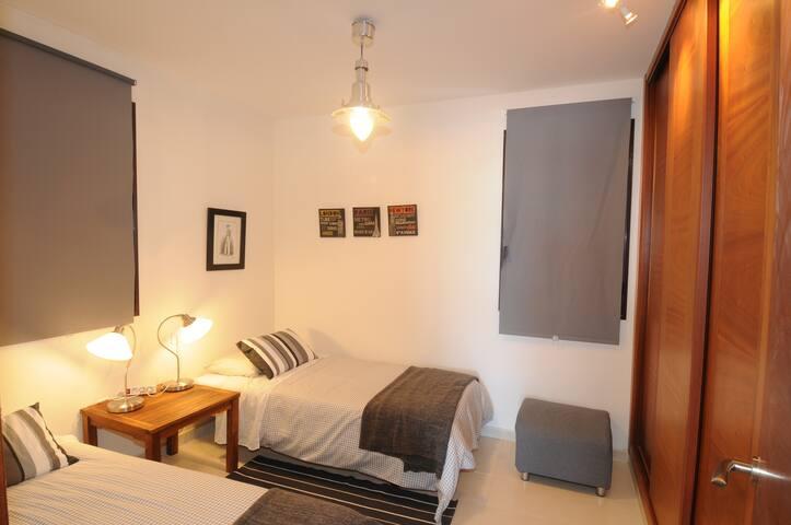 Habitación planta baja. Two single beds