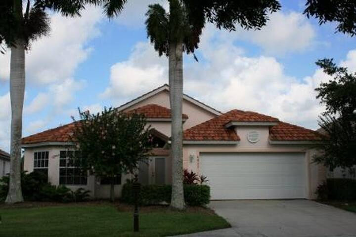Gorgeous 3 bedroom home in golfing community 8433 - Lely Resort
