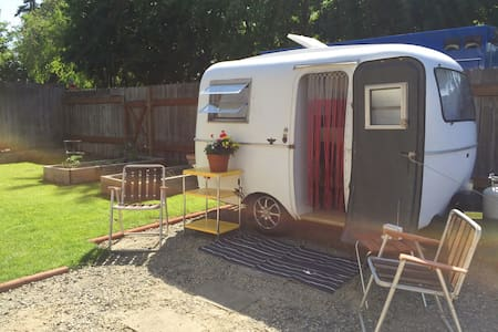 Hitch & Roll - A vintage trailer!