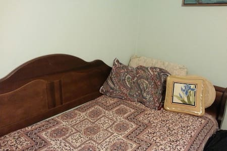 Cozy daybed available in the study - East Haven
