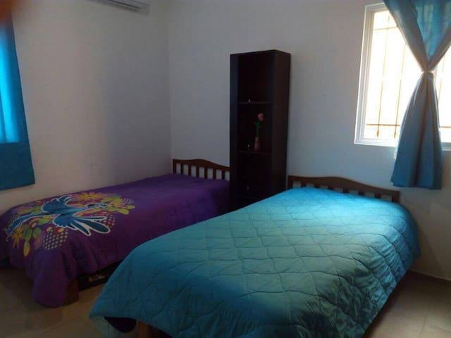 2 Amplias habitaciones 1 con cama Mantrimonial y otra con 2 camas individuales, closet